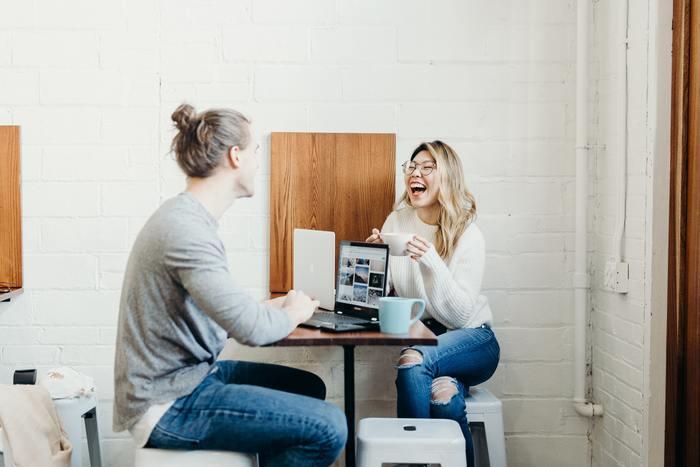 もしメールの相手が気心の知れた仲間や仲の良い友達だとしたら、誤字脱字があっても、より親しみを感じてもらえたり笑える話としてプラスに受け取られることも多いでしょう。
