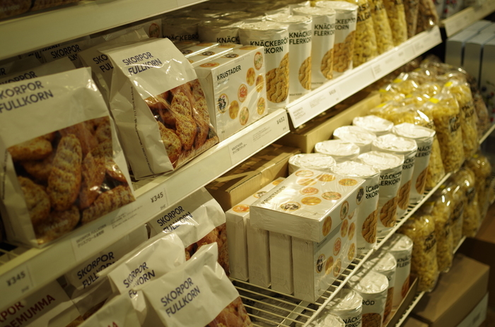 1〜2階を見て回り、レジでお会計を済ませた後、「スウェーデンフードマーケット」と「ビストロ」が目の前に広がります。スウェーデンフードマーケットでは、イケア内のレストランで実際に提供している食材を購入したり、IKEAでしか買うことができない貴重なスウェーデンの食材を買うことができます。