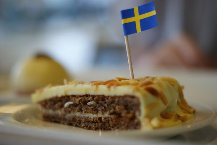 IKEAの楽しみの一つでもある、イケアレストランではIKEAだけでしかいただくことのできない、北欧らしいお食事を楽しむことができます。お食事だけではなく、デザート類も豊富なのが嬉しいですね。たくさん歩いた後や「今からお買い物するぞ」と意気込む、IKEAでの休憩時間におすすめです。デザートのおすすめは「アルマンディダイムケーキ」。アーモンドビスケットをベースに、バタークリームとミルクチョコレートが融合した、食感がクセになるスウェーデンらしいケーキです。