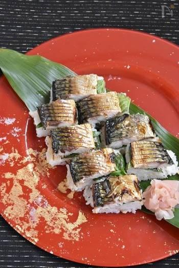 脂ののった鯖とさっぱりとした酢飯が相性抜群の焼き鯖寿司。こちらも、焼いた鯖、大葉、酢飯を重ねるだけで簡単に作れます。思わず手が止まらなくなる美味しさですよ。
