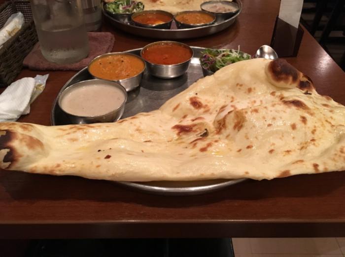 平日のランチ時は、オフィス街なので混雑しますが、時間を外せば、ゆったりとランチが楽しめます。 【画像は、日替りカレー3種(又は日替りカレー2種+今日のお惣菜)、ナン(又は バトゥラ+ライス)、サラダがセットになった、平日の人気ランチメニュー『Aセット』。南インドの主食は米だが、ダクシンではナンも提供されている。もっちりして美味しく、カレーとの相性も良いと評判。ナンは、おかわり自由!】