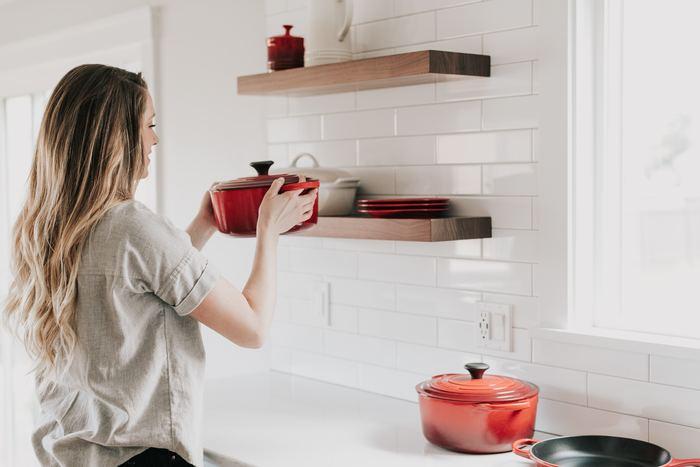 「1週間の献立ノート」を作るだけでも、ずいぶんと家事がラクになる効果を実感できるでしょう。ここでは、もっとスマートに、より無駄をなくすためにできることをご紹介します。「迷う」「悩む」ことがなくなれば、その空いた時間で他の家事を消化することもできますし、心を豊かにする時間に充てることもできるのです。
