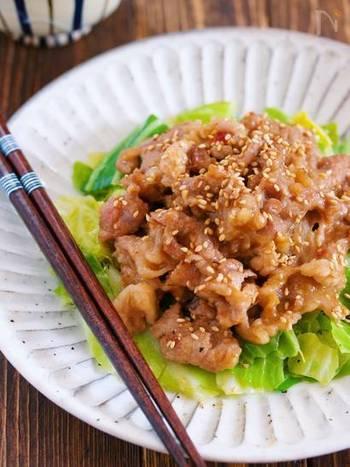 お肉も野菜もバランスよく摂れる一皿。春キャベツだと柔らかくて甘味があるのでより美味しくできますが、普通のキャベツでもOKです。にんにくの風味や豆板醤のピリ辛でご飯が進みますよ。
