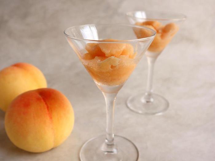 こちらのレシピは、夏が旬のみずみずしい桃を丸ごと使ったジェラートです。材料は桃と甘酒(米麹)だけ、砂糖不使用でヘルシーな上に作り方もとっても簡単。カットした桃と甘酒を保存袋に入れて、冷凍庫で2〜3時間冷やせば完成です。途中で袋の上から何度か揉むと、味がなじんでさらに美味しく。自然の甘みと爽やかな香りに、ほっとする味わいです。お好みで香りづけにラム酒を入れるのもおすすめですよ。  桃の主成分である果糖は体のエネルギー源であり、栄養素の高い甘酒と合わせることで疲労回復にも良いジェラートとなっています。元気を出したい時に、素早くエネルギーチャージができるので夏バテ対策にも良いかもしれませんね。