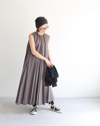 ギャザーたっぷりのドラマチックなワンピース。歩く度に揺れる裾のドレープが上品な印象です。一枚でよそゆきコーデとしてもOKですし、レギンスやスニーカーを合わせればデイリーユースで使えるスタイリングに。