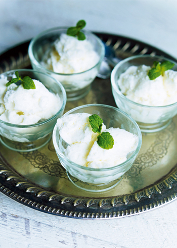 こちらのレシピでは、牛乳と卵の代わりにプレーンヨーグルトを使って、さらにヘルシーな仕上がりに。生クリーム、グラニュー糖を7分立てにし、ヨーグルトも加えて混ぜ、冷凍庫で固めます。30分おきに取り出して混ぜる作業を2、3度繰り返せば、フローズンヨーグルトの完成です。シャリッとした食感とさっぱりした味わいで、夏にぴったりのおやつですね。