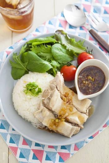 シンガポールのチキンライス、カオマンガイ。炊飯器で炊き込むお手軽エスニックご飯です。野菜を添えれば、カフェさながらのワンプレートに!