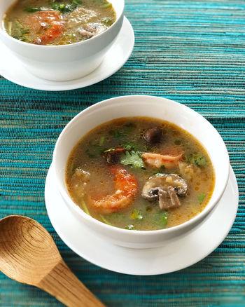 さまざまな種類のスパイスを使って複雑な味を作りだすトムヤムクンを、日本でも作りやすくしたレシピです。ナンプラーとおうちにある調味料でグッと手軽に。日本人でも食べやすい味なので、ぜひチャレンジしてみて。