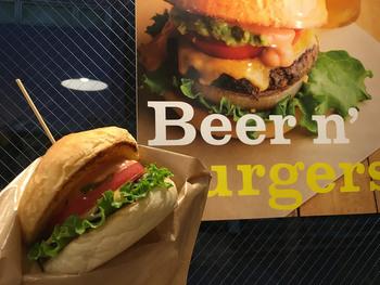 こちらのお店、ファストフードスタイルのお店ながら全メニューがヴィーガン対応なのです!バンズもパティもチーズもすべてヴィーガンなのに、見た目も味も納得のハンバーガーです。