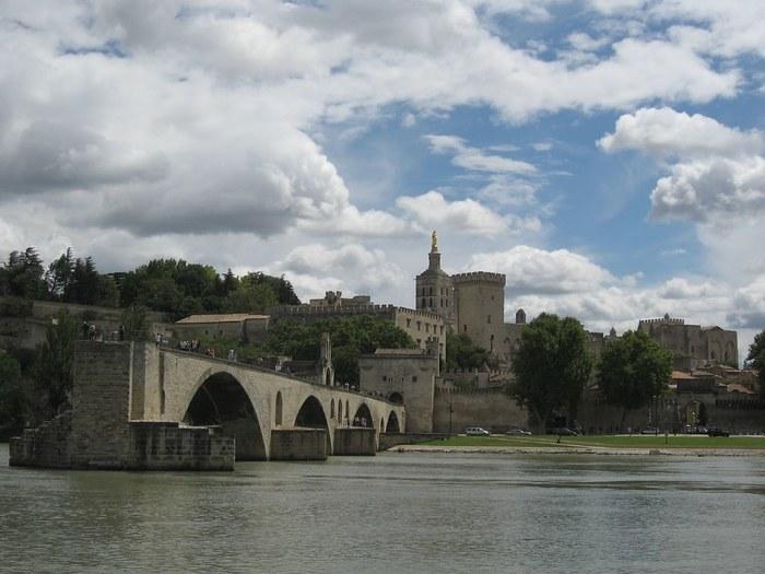 ローヌ川の中洲から眺めるサン・ベネゼ橋の背後にそびえたつ法王庁宮殿は、威厳に満ちあふれ荘厳そのものです。