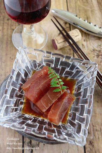 お刺身のマグロがワインに良く合う一品に! 漬けマグロの漬け汁に隠し味でバルサミコ酢をプラス。仕上げにオリーブオイルをたらせば完成。 お洒落な器に盛り付けてお料理の前菜などにいかがでしょう!