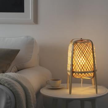 夏にぴったりの表情豊かなテーブルランプは、一つひとつ熟練の職人さんたちによる手編みの製品。不要材として捨てられる竹材を使用しており、CO2の排出量よりも吸収量のほうが多い、環境に配慮した素材でできています。見た目が涼しげで夏の夜をほのかに照らしてくれる『KNIXHULT/クニクスフルト 』は、テーブルランプの他、フロアに置くタイプや、吊り下げタイプもあります。