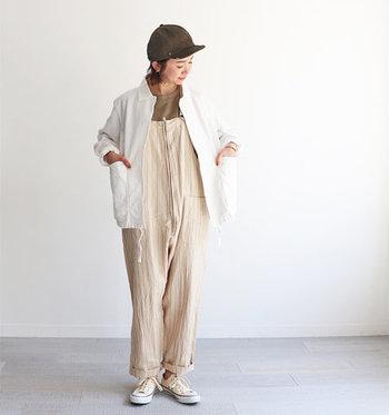 リネン素材のジャケットは、夏の時期でもさらりと着れて、見た目にも暑苦しくならず、重宝するアイテム。優しい印象のベージュのオールインワーンに羽織れば、アクティブだけどやわらかさのある、大人の休日コーデが楽しめます。