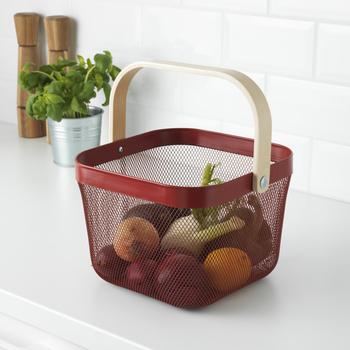 通気性が良く、果物や野菜を長く保存でき、食材のロスを防げるバスケット『RISATORP/リーサトルプ』は、丈夫なスチール製。手軽に持ち運びできるから、庭仕事やアウトドアの細かいグッズを入れておくのにも便利そう。999円(税込み)というお値段も魅力的です。6色のラインナップから、自分の好きなカラーで揃えて、見せる収納にするのもおしゃれでおすすめ。