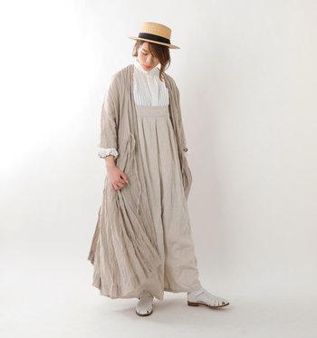 シャーリングデザインのリネン素材のコートは、一枚羽織れば全体が立体感のあるコーディネートに。ベージュのワントーンでまとめた、今季トレンドのスタイリングです。