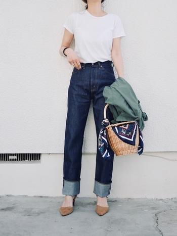 ジーンズの裾の見せ方と同じく、ヒールによってもさまざまな表情の変化が楽しめます。ロールアップデニムにヒールパンプスを合わせ、すっきりとしたバランスに。