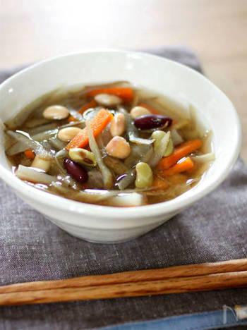 身体を平日モードに切り替えるためにエネルギーが必要な月曜日は、根菜とお豆たっぷりのお味噌汁で食べ応えも◎。彩りも美しいですね。
