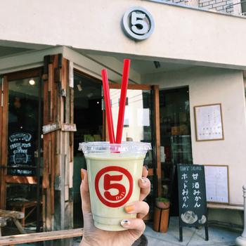 JR恵比寿駅から徒歩約5分。フレッシュジュースやスムージー、オーガニックコーヒーなどのドリンクを始め、ヴィーガン対応の身体に優しいDELI、サンドイッチやスイーツメニューも堪能できるお店です。