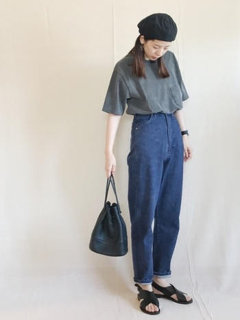 ボトムスインのスタイルは足元の見せ方で差をつけましょう。定番のTシャツ×デニムも、裾を少しだけロールアップすることで新鮮な印象に。