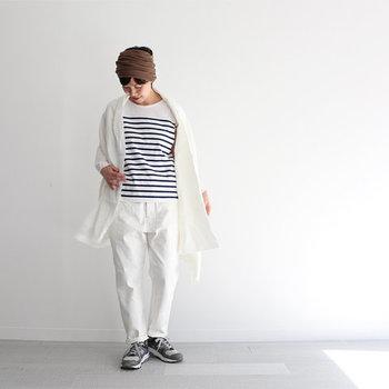 マリンムード漂うボーダースタイルには、あえてパンツと同じ白のストールを合わせて、思いっきり爽やかに着こなしましょう!カジュアルだけど、どこか女性らしいコーデが素敵です。