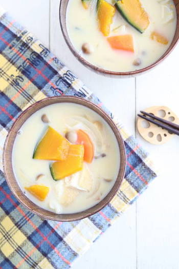玉ねぎ、にんじん、かぼちゃ、油揚げ、ぶなしめじに豆乳が入った白味噌のお味噌汁は、こっくりほくほくシチューのような味わい。野菜を切って煮込むだけなので、簡単に作れるのも嬉しいポイントです。