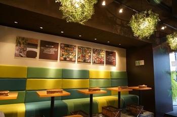 ご覧の通り、店内は緑色を多く使われて自然を感じさせる空間になっています。「カラダの中からキレイに」のコンセプトが伝わる雰囲気のお店です。ひとりでもふらっと立ち寄れる感じが◎