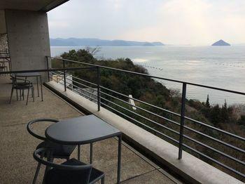 香川の島々では、毎年瀬戸内国際芸術祭が開催されます。そんな島の一つ、直島に開館したのがこの「ベネッセハウス」です。 美術館と併設した宿泊施設は、もはやホテルそのものが美術館のような、瀬戸内の自然と融合した美しく居心地の良い場所です。