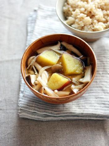 ピリッと効いた柚子胡椒が美味しいさつまいものほくほく感が味わえるお味噌汁。きのこたっぷりで、旨味も食感も楽しめます。