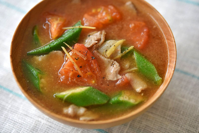 トマトとオクラという色味もさっぱりした夏野菜を使った豚汁のレシピは、程よい酸味でビタミンもたっぷり。お好みでナスやモロヘイヤに変えても美味しいです。