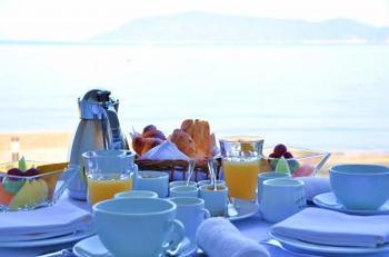 おすすめはなんと言っても、瀬戸内海に沈む美しい夕日を眺めながらいただくお食事。ベーカリーが隣接されているため、お食事をしながら贅沢な時間を楽しむことができます。また、朝食はスタッフの方がお部屋まで運んでくれるルームサービス制です。テラスで海を眺めながらいただけば、忘れられない優雅なひとときに。
