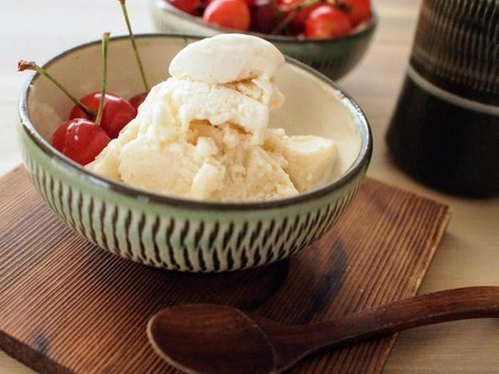 こちらは豆腐を使ったアイスクリームのレシピです。糖分が気になる人、乳製品や卵アレルギーの人にもおすすめです。水気をよく拭いた豆腐に、メープルシロップ、お好みの油、塩、バニラエッセンスを合わせてミキサーで2〜3分混ぜ、冷やし固めるだけ。大豆の上品な甘さに、メープルシロップとバニラエッセンスが風味良くマッチしています。より美味しく味わうには、食べる10分ほど前に冷凍庫から出しておくと、柔らかく滑らかな食感が楽しめますよ。