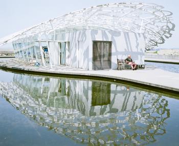 男木島のシンボル、「男木交流館フェリーの船着き場」はまるで海外に来たかの幻想をあたえてくれる不思議な空間です。