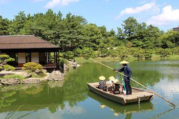 南湖では、和船に乗ることもできますよ。船頭さんの説明を聞きながら、ゆったり自然を満喫してみてはいかがでしょうか。