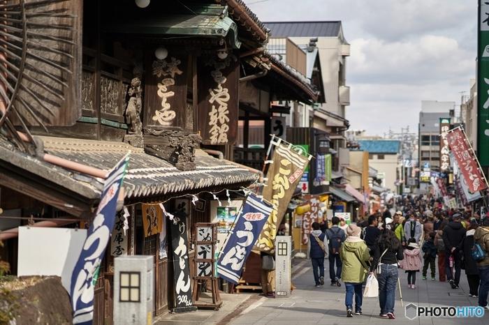 金刀比羅宮まで続く参道は、毎年多くの観光客が訪れている人気スポットです。数多くのお店が訪れた人々を出迎えます。