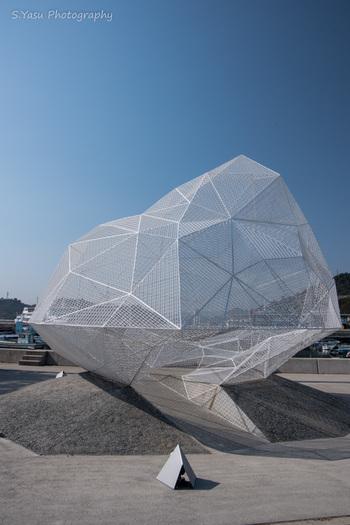 1980年代以降、株式会社ベネッセコーポレーションにより、「島×生活×アート」を融合したプロジェクトが本格始動しました。それ以来、アート好きから注目を浴び、今では一人旅で訪れる方も数知れません。
