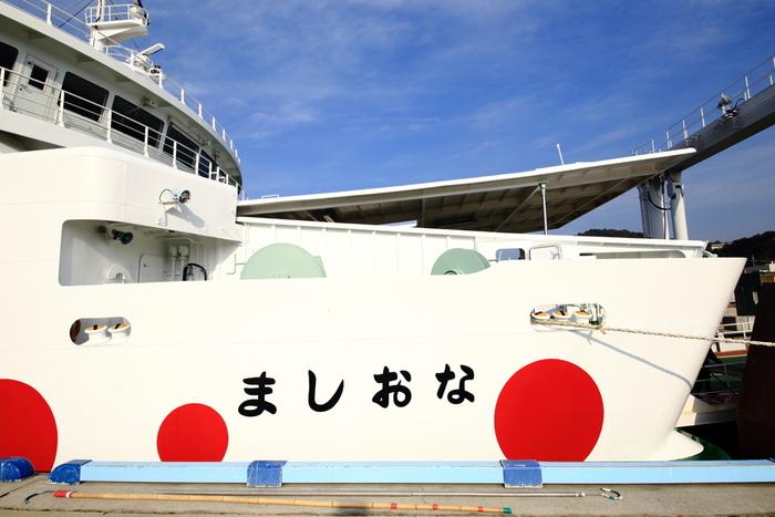 「直島」へは高松から、そして岡山からファリーで訪れることができます。お馴染みの「なおしま号」でいざ出発です!面積7.82㎢、そして人口は約3,200人。最近では、直島の美しい自然と芸術を求めて移り住む方も多いそうです。季節に関係なく、訪れる人々を魅了する島、それが直島です。