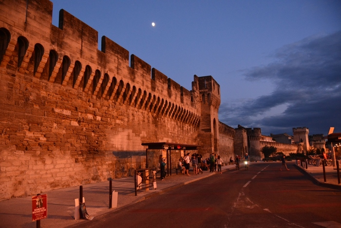 見どころが集中するアヴィニョン旧市街は、法王庁が置かれていた14世紀に造られた全長約4.3キロメートルの城壁に囲まれています。