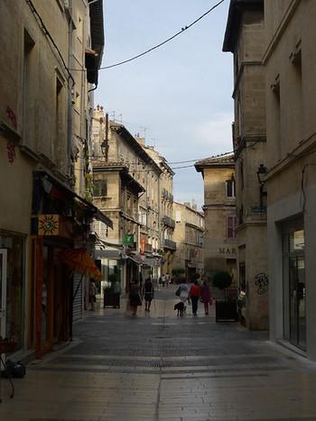 城壁の門をくぐり抜けて旧市街へ一歩足を踏み入れると、そこには石畳が敷かれた路地に古い建物が軒を連ねており、中世の面影を色濃く残しています。