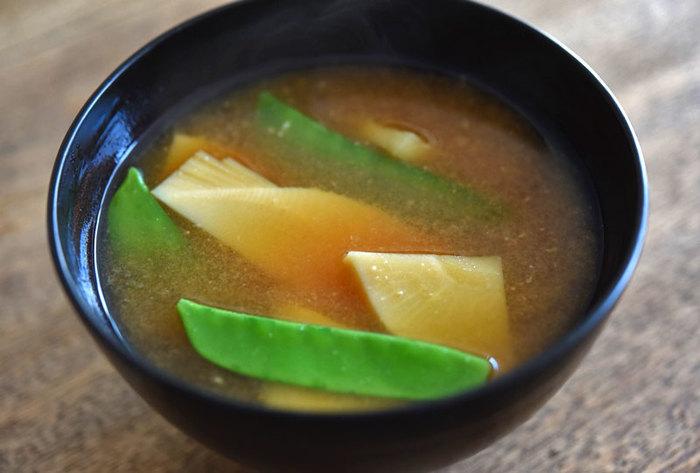 たけのこと絹さやは、食感・香りも良くお味噌汁の具にぴったり。あく抜きや、切り方などに気をつけると、いつものレシピもより風味豊かに楽しめます。