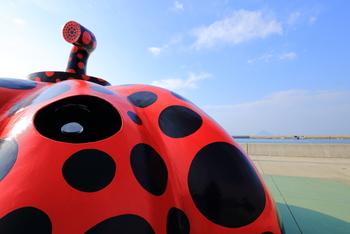 アート島と呼ばれる「直島」は、お馴染み、草間彌生さんの作品である巨大かぼちゃがお出迎え。写真映えするその姿に何度も、シャッターを切ってしまう、写真好きにはたまらないフォトジェニックな島です。