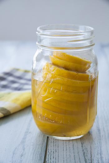 レモン、酢、はちみつで作るレモン酢は、炭酸水で割ってソーダドリンクにしたり、夜はカクテルにしたりと色々な場面で使えます。マリネや炒めものなどの料理に使うのもおすすめです。