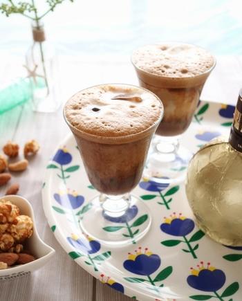インスタントコーヒーとグラニュー糖で作る泡コーヒーは、ギリシャで飲まれている定番コーヒーです。普通のコーヒーとは一味違う、泡コーヒーならではの味わいや口当たりの良さを試してみてください。