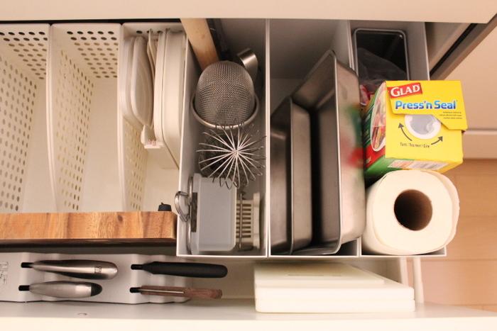 システムキッチンによくある足元の大きな引き出しは、容量が多い分、雑然としやすいですよね。深さも奥行きもあるこんな場所には、ファイルボックスが大活躍。アイテムを立てて収納でき、ゴチャゴチャが軽減されます。
