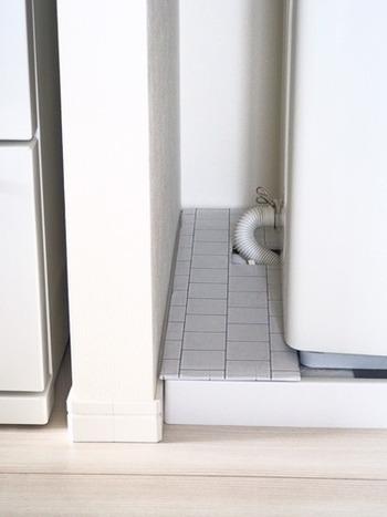 洗濯機の防水パンはホコリが溜まりがち…。こちらのように板を置けば見た目もスッキリしてホコリの侵入も押さえられます。段ボールを切って、リメイクシートでデコレーションすればおしゃれに♪