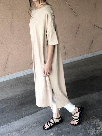 優しいベージュカラーのTシャツワンピにホワイトカラーのレギンスを合わせて。足元に明るい色を持ってくることで印象が明るくなり夏にぴったりな爽やかなコーディネートに。淡い色のファッションは、太陽の熱を吸収しにくいので涼しく過ごせます。