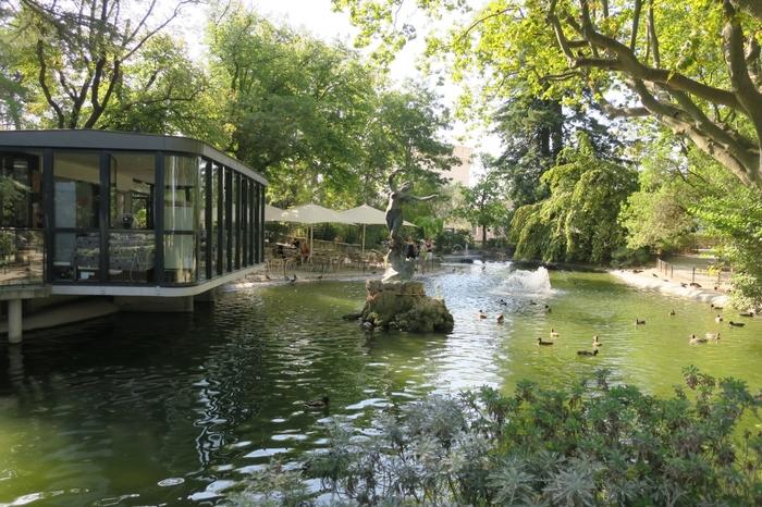 法王庁宮殿の北側に位置する小高い丘には、ロシェ・デ・ドン公園があります。緑豊かな公園は、静かで落ち着いた佇まいをしており、人々の憩いの場となっています。