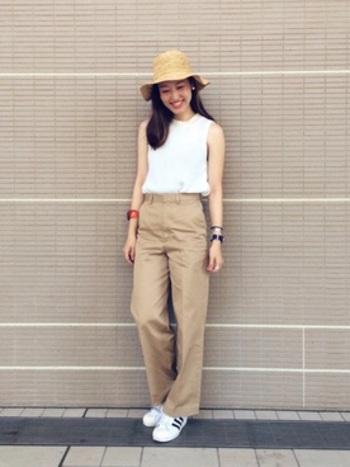 全体を白とベージュでまとめたシンプルコーデ。麦わら帽をプラスして、夏にぴったりな装いです。長い髪で女性らしさが出ているので、敢えてスニーカーで外してバランスを。