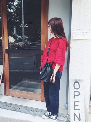リネンの赤ブラウスは、色とフワッとしたデザインが女性らしく素敵です。あえてデニムやコンバースと合わせることで、甘くなりすぎずバランスが取れます。