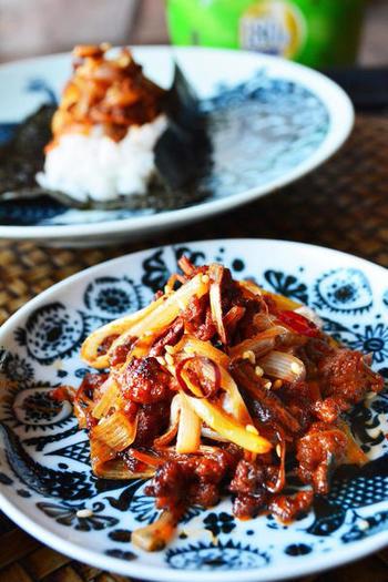 ネギと相性の良い豚肉のひき肉を使って甘辛く炒めたビールに合う一品は、お豆腐に乗せたり、レタスで巻いても美味しそう!