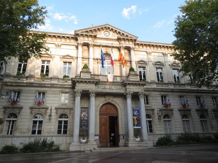 時計台広場に面して建つネオルネッサンス様式の堂々たる佇まいをした建物は、アヴィニョンの市庁舎です。正面玄関には神殿風の円柱があり、威厳ある風格をしています。